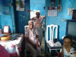 Sentada, na sala de sua casinha, a centenária moradora do Arruado da UFPE.